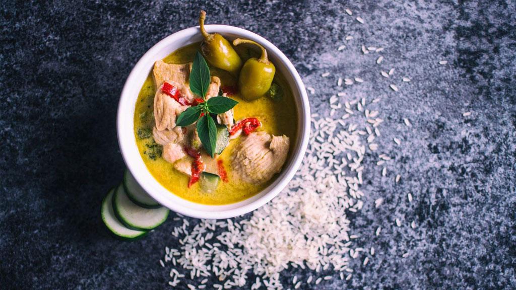 zielone-tajskie-curry-z-kurczakiem-i-tajska-bazylia