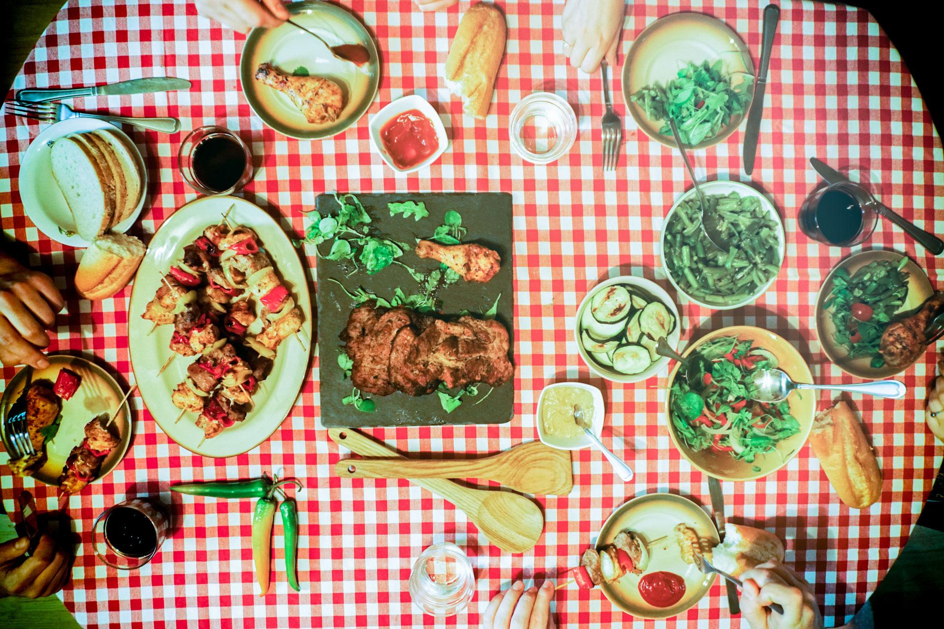 stol-szaszlyki-jedzenie-spotkanie-kulinarne